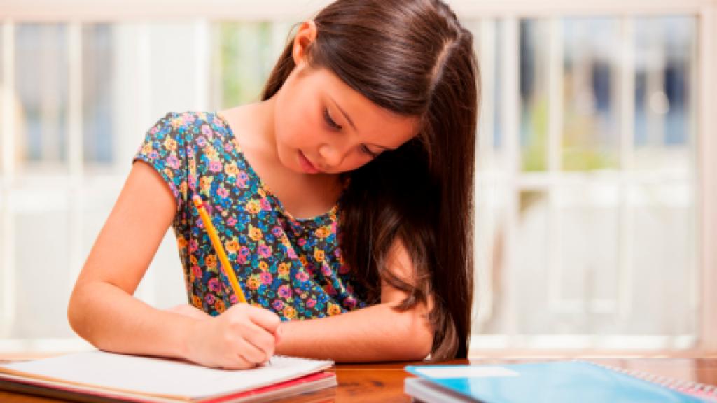 los estudiantes de escasos recursos que cursen primaria y secundaria; así como Normal enInstituciones Públicas del Estado